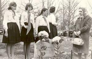 Paide Keskkooli pioneerid Aleksander Pajuste haual 1961.a., PM F 739:46, Järvamaa Muuseum, http://www.muis.ee/museaalview/1284420.