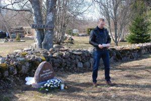 """Foto: Haljala valla avaliku teabe spetsialist Katrin Kivi, Haljala valla veebilehelt. Jakob Westholmi kirjutatud luuletuse """"Ilus on noorena olla.."""" loeb kohalik mees Arno Pärna."""