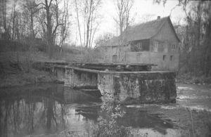 Varangu vesiveski ja veskisild Selja jõel, 1998. EVM N 384:276, Eesti Vabaõhumuuseum EVM, http://www.muis.ee/museaalview/2173878