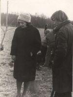 Luuletaja Debora Vaarandi koos kooliõpilastega mälestusmärgi juurde tamme istutamas, 8.06.1976. DrKM F 262:2, Dr.Fr.R.Kreutzwaldi Memoriaalmuuseum, http://www.muis.ee/museaalview/972040.