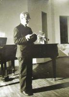 Rudolf Põldmäe esinemas Nigol Andreseni 80. sünnipäeval 11.10.1979 Glehni lossis. Foto: August Hallik. Eesti Kirjandusmuusemi kogu.