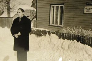 Rudolf Põldmäe esinemas Enn Kippeli mälestustahvli avamisel Jõgeval, 15.02.1967. Eesti Kirjandusmuusemi kogu.