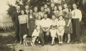 Aino (teine rida vasakul) ja Rudolf Põldmäe (paremal esimene), asumisel Siberis Tšerlakis, 1953. Eesti Kirjandusmuusemi kogu.