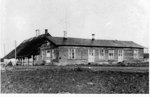 Krimmi eestvedamisel ehitati kaks seltsimaja: nn vana seltsimaja oli kasutusel 1912-1930 ja asus vastu Kruusimäe kõrtsi lõunaotsa. See lammutati 1930, et saaks siia ehitada uue seltsimaja. Foto Neeruti Seltsi arhiivist.