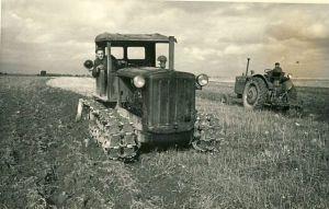 Kadrina MTJ traktorid sügiskünnil, RM F 646:98, SA Virumaa Muuseumid, http://www.muis.ee/museaalview/1778261.