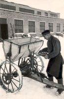 Kadrina Masina-Traktorijaama sepp kommunist I. Saugla MTJ-s konstueeritud mineraalväetiste lauskülviku juures. 1956. EPM FP 145:133, Eesti Põllumajandusmuuseum, http://www.muis.ee/museaalview/1415425.