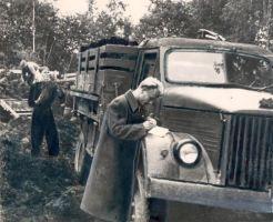 Turba varumine ja vedu Kadrina Masina-Traktorijaamas. 1956. EPM FP 145:80/abc, Eesti Põllumajandusmuuseum, http://www.muis.ee/museaalview/1409283.