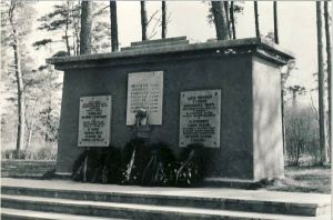 Kunda, mälestussammas nõukogude võimu eest langenutele, 1980. aastad. RM F 1329:14, SA Virumaa Muuseumid, http://www.muis.ee/museaalview/1421198.
