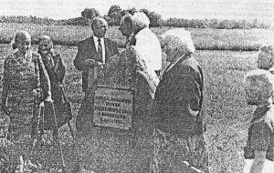 """Foto: Kalju Bauman, 17.06.1995, """"Virumaa Teataja"""" 22.06.1995. Vasakul küla vanimad elanikud Aliise Türbsalu ja Alviine Grutop (kivi avaja), paremal noorem põlvkond."""