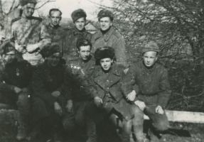 Rühm sõjaväelasi lahingu vaheajal Kuramaal, 1945. aastal., TLM F 3802, Tallinna Linnamuuseum, http://www.muis.ee/museaalview/2017528.