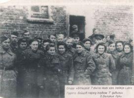 Grupp Eesti Laskurkorpuse võitlejaid 7. diviisi klubi ees Velikije Lukis. 1943., HM F 130:2 Ff, Haapsalu ja Läänemaa Muuseumid SA, http://www.muis.ee/museaalview/1374418.
