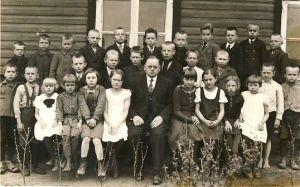 Miila algkooli II klassi õpilased, õpetaja Jaan Toom keskel, RM F 1709:1, Virumaa Muuseumid SA, http://muis.ee/museaalview/1399706.