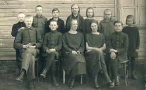 Miila Algkooli IV klassi lõpetajad, RM F 593:9, Virumaa Muuseumid SA, http://muis.ee/museaalview/1759897.