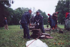 Korrastustööd 12.08.2001, esiplaanil vasakul Koeru vallavanem Jaago Kuriks ja paremal Rakke vallavolikogu esimees Andrus Blok. Rakke muuseumi kogu.