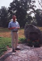 Mälestuskivile 24.08.2002 uue tahvli avamisel esineb Baeri muuseumi direktor E. Tammiksaar. Rakke muuseumi kogu.