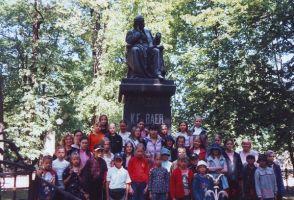 Rakke valla koolide parimad õpilased koos õpetajatega preemiaekskursioonil Tartus, 29.05.2002. Rakke muuseumi kogu.