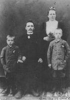 Perefoto aastast 1902-1904. isa Karl, ema Anna, vend Rudolf (vasakul)