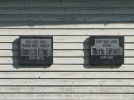 Ka prof. Riikoja õele, Marta Sillaotsale, on sama maja seinal mälestustahvel. Foto: Heiki Koov, august 2010.
