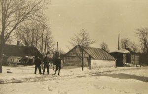 Miku talu 24.03.1956. Hooned on uued. Fotol Väike-Maarja keskkooli suusamatakast osavõtjad. Eesti Kirjandusmuuseum.