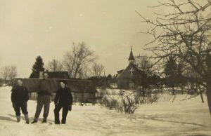 Miku talu 24.03.1956. Ees olev saun on Lutsu aegne. Fotol Väike-Maarja keskkooli suusamatakast osavõtjad. Eesti Kirjandusmuuseum.