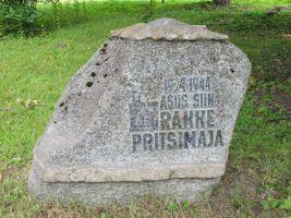 Mälestuskivi Rakke pritsimaja kunagises asukohas. Foto: Heiki Koov, august 2010.