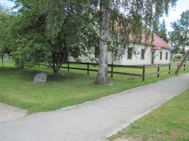 Mälestuskivi asub raamatukogu kõrval. Foto: Heiki Koov, august 2010.