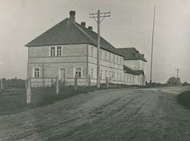 Rakke algkooli hoone, foto: H. Schults, ERM Fk 484:14, Eesti Rahva Muuseum, http://muis.ee/museaalview/652225.