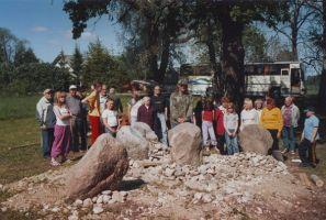 Rakke Valla Hariduse Seltsi liikmed memoriaali juures enne avamist.