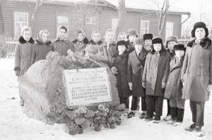 Miiting raudteejaama juures asuva mälestuskivi juures. Foto: Enno Kapstas, 28.02.1964. RM Fn 1543:1598, Virumaa Muuseumid SA, http://www.muis.ee/museaalview/2208289.