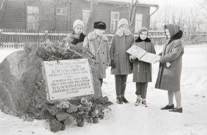 Miiting raudteejaama juures asuva mälestuskivi juures. Foto: Enno Kapstas, 28.02.1964. RM Fn 1543:1599, Virumaa Muuseumid SA, http://www.muis.ee/museaalview/2208290.