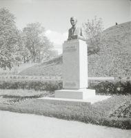 Rakvere F. R. Kreutzwaldi mälestussammas. Foto: Carl Sarap, 1937-1940. RM Fn 1592:57, Virumaa Muuseumid SA, http://www.muis.ee/museaalview/2024027.