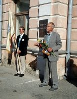 Foto: Ene Kruusmaa, mälestustahvli avamine 1.06.2006. Kõneleb viimane direktor Tiit Aruste, lipuga kooli vilistlaskogu esimees Alex Trope.
