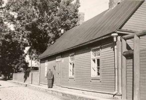 Jakob Liiv oma maja ees, RM F 55:3, SA Virumaa Muuseumid, http://www.muis.ee/museaalview/2104545.