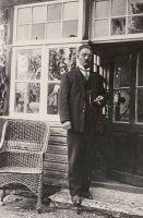 Jakob Liiv oma maja taga, RM F 55:5, SA Virumaa Muuseumid, http://www.muis.ee/museaalview/2104547.