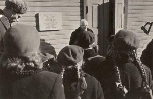 Mälestustahvli avamine, kõneleb Arnold Liiv. RM F 86:33, SA Virumaa Muuseumid, http://www.muis.ee/museaalview/2004797.