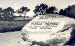 Juhan Kunderi sünnikohta tähistav kivi (Kovali talu, Holstre vald, Viljandimaa). Foto: Vaik, Tallinn, august 1972. http://kreutzwald.kirmus.ee/et/lisamaterjalid/ajatelje_materjalid?item_id=6489&table=Scans