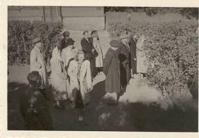 Muuseumitöötajate seminarist osavõtjad Kunderi mälestussamba juures. Foto: Riho Lahi, 1950. RM F 93:25, SA Virumaa Muuseumid, http://www.muis.ee/museaalview/2024557.