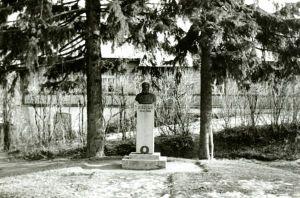 Juhan Kunderi mälestussammas (foto: Kaljo Bauman, 1950-1958), RM F 43:1, Virumaa Muuseumid SA, http://muis.ee/museaalview/2011295.