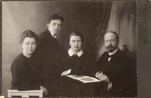 Rakvere Eesti Haridusseltsi III järgu Erakooli õpetajad ja juhataja 1911-1912, vasakult Liidia Reinik, Ernst Rosenberg, Hilda Truuberg, Julius Seljamaa.