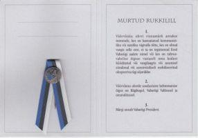 """Trükis koos rinnamärgiga """"Murtud Rukkilill"""", HKM _ 4961:1 A 2219, Hiiumaa Muuseumid SA, http://www.muis.ee/museaalview/2012385."""