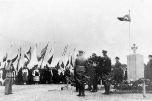 Mälestussamba avamine Saksa okupatsiooni ajal, ERM Fk 2813:386, Eesti Rahva Muuseum, http://www.muis.ee/portaal/museaalview/546202 .