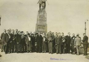 Soome linna tegelased Rakvere mälestussamba juures, 1930-ndad aastad. TLM F 5429, Tallinna Linnamuuseum, http://www.muis.ee/portaal/museaalview/2153293.