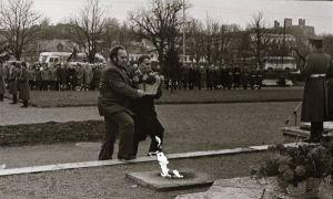 Foto: Enno Kapstas, asutuste esindajad lillekorve toomas, Suure Sotsialistliku Oktoobrirevolutsiooni 60. aastapäeva miiting vennaskalmistul, 3.11.1977, RM Fn 1543:3410, Virumaa Muuseumid SA, http://www.muis.ee/museaalview/2349780.