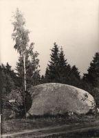 """Kivist vasakule jääb tähis, millel on tekst: """"Kreutzwaldi kivi"""". Foto: 1966. DrKM F 213:10, Dr.Fr.R.Kreutzwaldi Memoriaalmuuseum, http://www.muis.ee/museaalview/972994."""