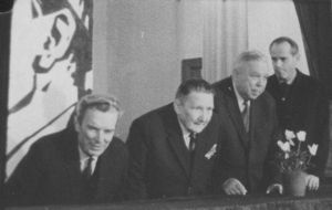 Üritus jätkus Vinni sovhoostehnikumi klubis, kus parteiveteranid meenutasid sõjatetevust, miilitsa ja parteiorganisatsioonide loomist. Vinni NST arhiiv.