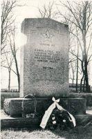 Uhtna, mälestussammas nõukogude võimu eest langenutele, 1980. aastad. RM F 1329:13, SA Virumaa Muuseumid, http://www.muis.ee/museaalview/1421197.