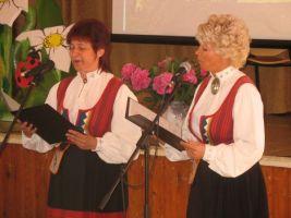 Hariduspäeva juhid Ülle Rebane ja Riina Türkel. Vaeküla kooli arhiiv.