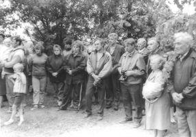 Mälestustahvli avamisel oli palju pealtvaatajaid. Foto: Ülo Tähiste, Väike-Maarja muuseumi kogu.