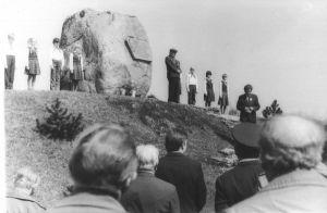 Veteranid ja Tamsalu Keskkooli õpilased, kõneleb Naukas, 9.05.1985. Väike-Maarja muuseumi kogu.