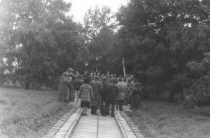 """Laulavad """"Relvavelled"""". Foto: Ülo Tähiste, 21.09.1990. Väike-Maarja muueumi kogu."""